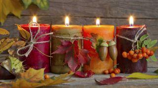 Des bougies pour donner une touche d'automne à la maison