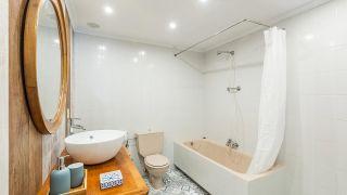 Décorer la salle de bain sans travaux en blanc et bois