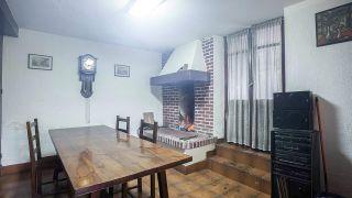 Salle à manger verte chaleureuse et confortable avec cheminée - Avant