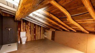 Nous transformons un grenier en bois en salle de bain