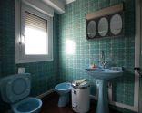 Salle-de-bain-lumineuse-et-fonctionnelle-Decogarden.jpg