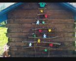 Sapin de Noël avec des bûches en bois