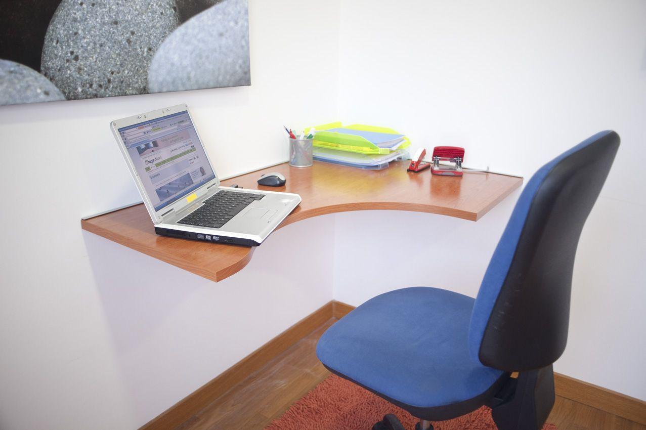 Fixer le bureau au mur