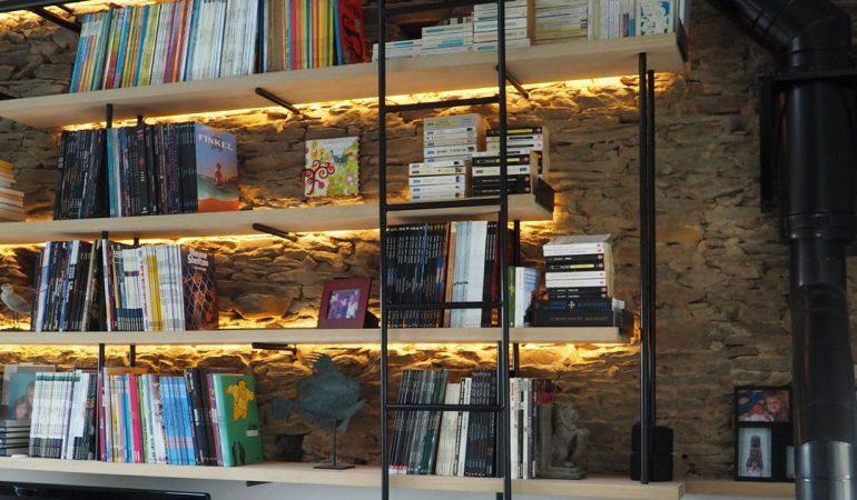 bibliotheque-sur-mur-de-pierre-artificielle