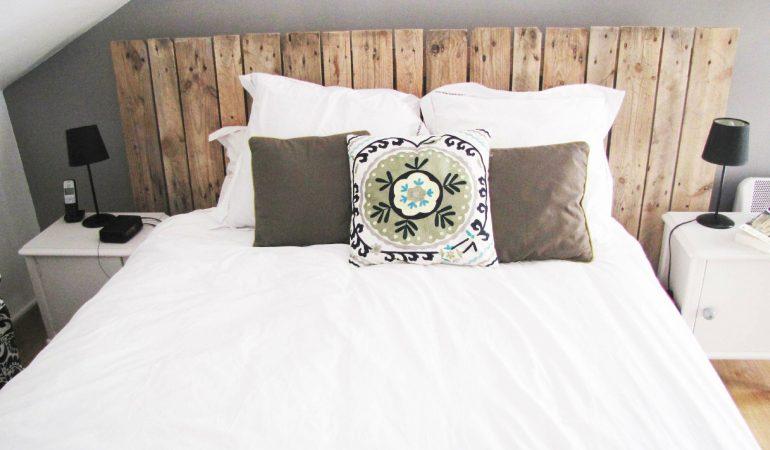 chambre-de-style-mediterraneen-avec-tete-de-lit-en-bois