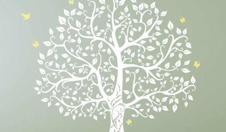comment-peindre-un-arbre-sur-le-mur-avec-des-pochoirs