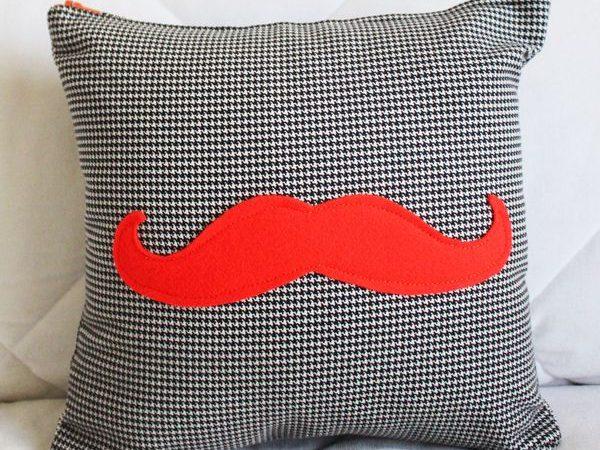 coussin-moustache-style-movember-en-tricot