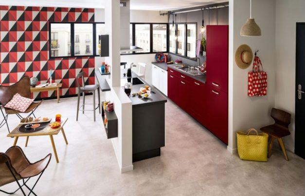 cuisine-blanche-et-rouge-lumineuse-ouverte-sur-le-salon