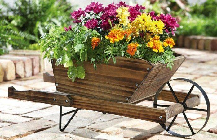decorer-le-jardin-avec-des-brouettes-avec-des-plantes