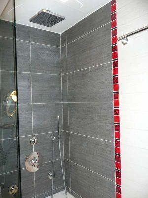 decorez-la-salle-de-bain-en-rouge-et-gris