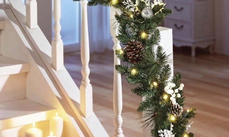 guirlande-de-noel-avec-des-branches-et-des-decorations-rustiques