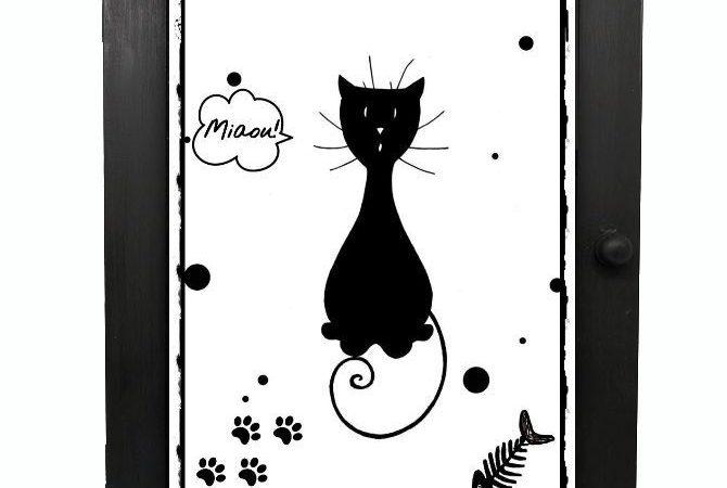le-chat-accroche-des-bijoux-avec-la-technique-de-decoupage