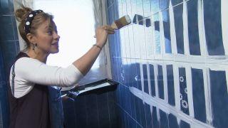 Comment décorer une élégante salle de bain bleue Étape 2