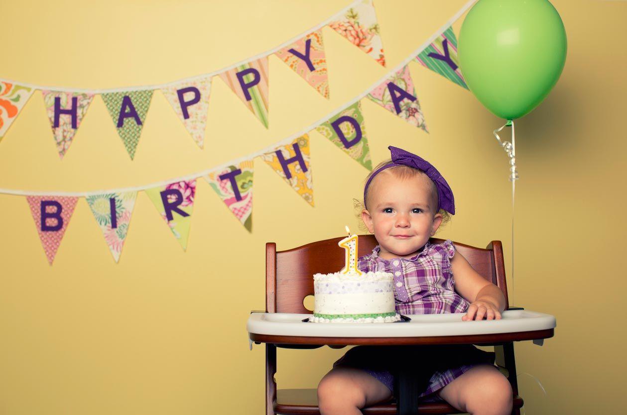 Des guirlandes d'anniversaire pour fêter le premier anniversaire de votre bébé.