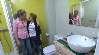 Salle de bain verte avec comptoir en résine étape 6