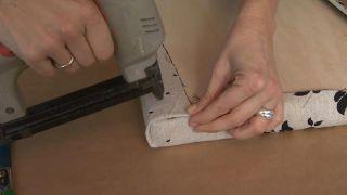 Comment faire une tête de lit rembourrée avec des tissus à motifs Étape 3