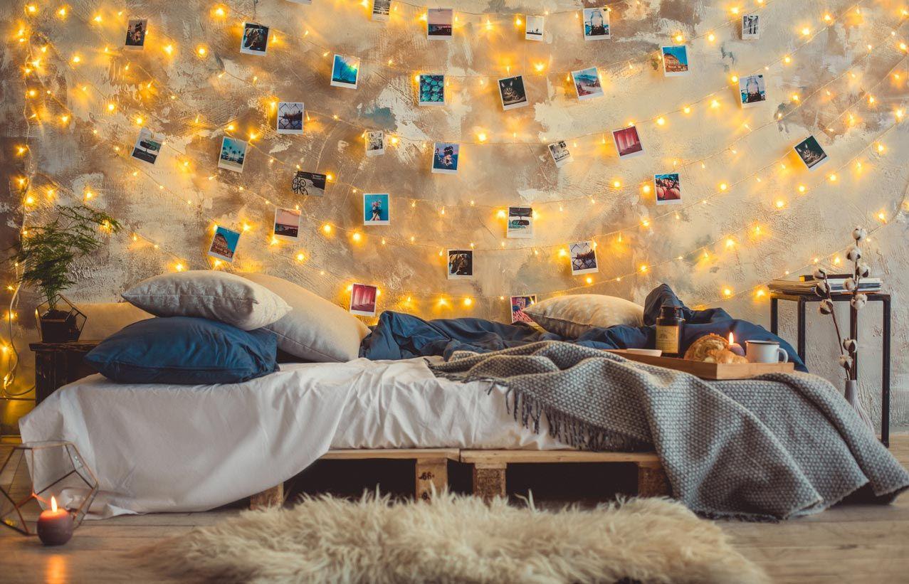Chambre des jeunes avec lit fait avec des palettes.