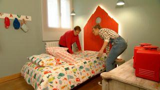 Décorez la chambre des enfants country avec une tête de lit rouge - étape 9