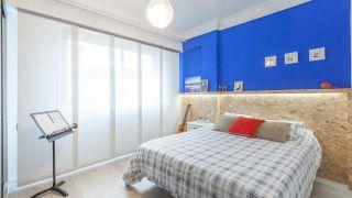 Décorez une chambre de jeunesse bleue avec une frise éclairée - après