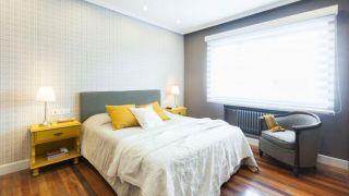 Chambre élégante en gris et jaune