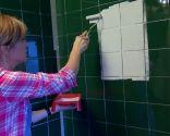 Salle de bain lumineuse et mise à jour avec des touches industrielles