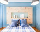 Chambre bleue avec tête de lit en bois éclairée