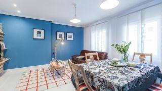 Salle à manger moderne avec des meubles en palettes