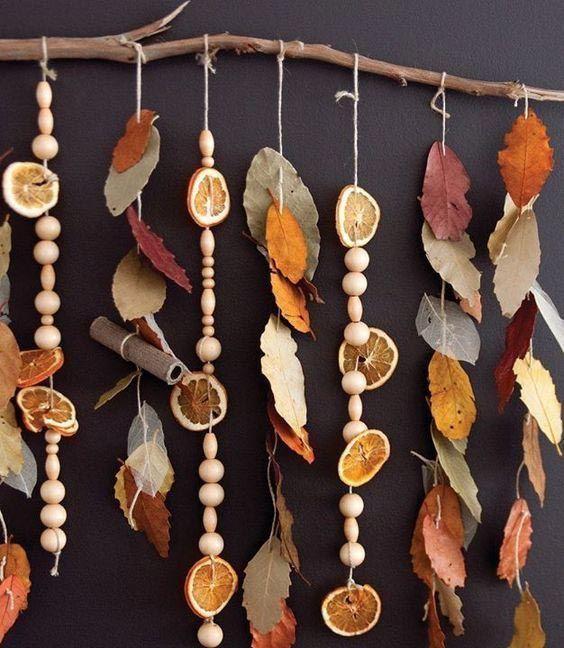 Ornement mural avec feuilles séchées et fruits