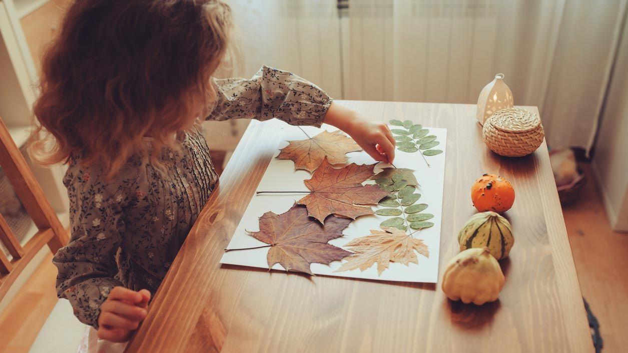Peintures murales avec des feuilles sèches