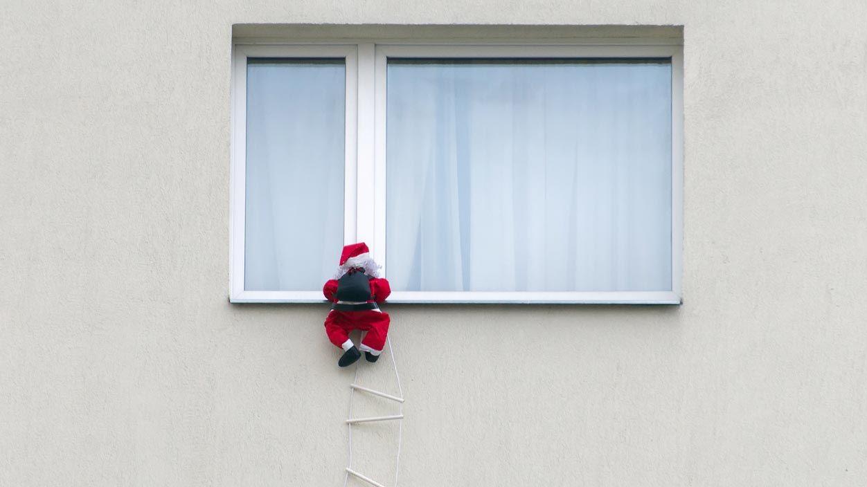Accrocher le Père Noël pour décorer le balcon à Noël