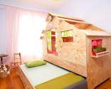 Chambre d'enfants avec aire de jeux