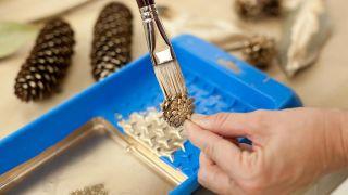 Étape par étape pour décorer une cheminée et une couronne de Noël - Étape 7