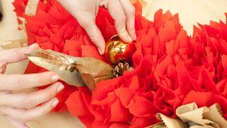 Étape par étape pour décorer une cheminée et une couronne de Noël - Étape 15