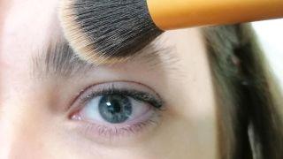 Comment couvrir les sourcils avec du maquillage - Étape 2