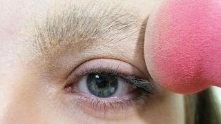 Comment couvrir les sourcils avec du maquillage - Étape 3