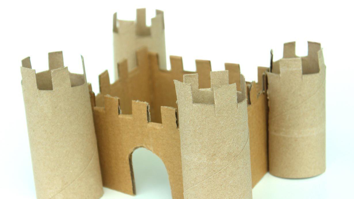 Château avec rouleaux de papier toilette en carton