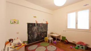 Chambre d'enfants avec étagère dragon avant