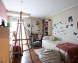 Chambre des jeunes avec tête de lit colorée