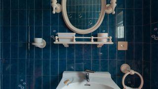 Comment décorer une élégante salle de bain bleue avant