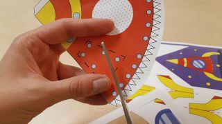 Comment fabriquer une fusée en papier Étape 1
