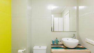 Salle de bain verte avec comptoir en résine