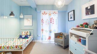Transformez un salon en une chambre d'enfants simple et cosy avec une frise bleue