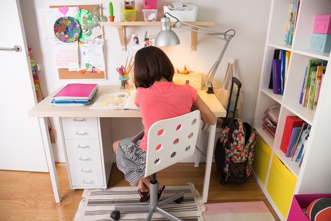 Le bureau est indispensable dans une chambre d'enfants.