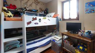 décorer une chambre d'enfants avec un bureau et une frise en bois - avant