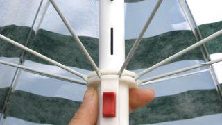 Mettre une épingle dans un parapluie endommagé