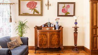 Restaurez un meuble classique: éliminez les vers de bois et nettoyez la rouille des charnières et des poignées