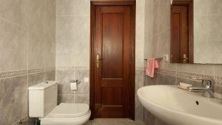 Salle de bain noire et blanche élégante et lumineuse sans travaux