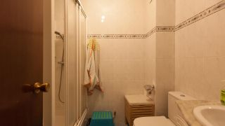 Salle de bain verte avec comptoir en résine avant