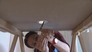 Comment placer un projecteur LED au plafond - Étape 4