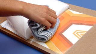 Transformez un tabouret en meuble pour la salle - Étape 3